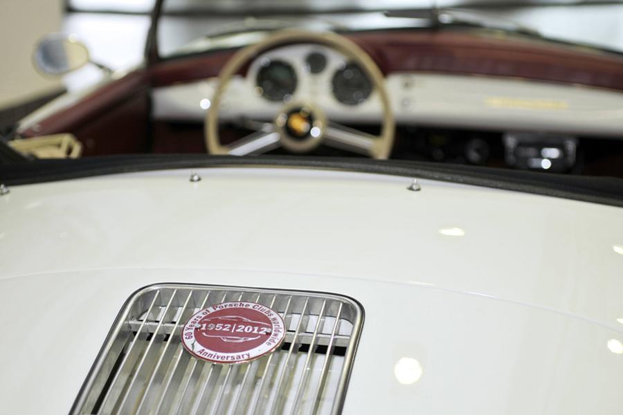 Escudo comemorativo de los 60 años del club Porsche en un 356.